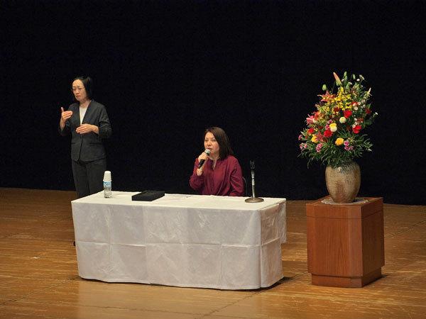 須賀しのぶさん講演中の写真