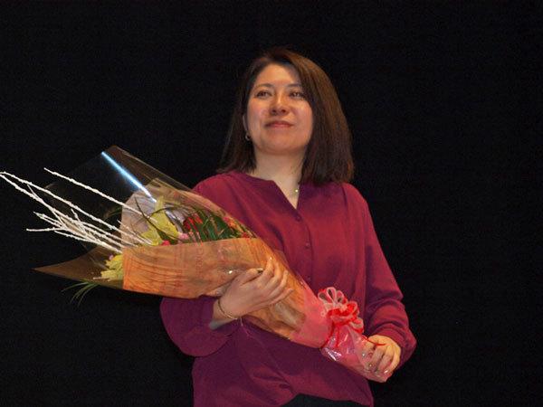 須賀しのぶさん講演後花束を持っている写真