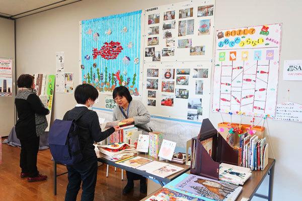 大学図書館展示(一部)の写真
